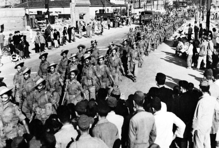 Гуркхи маршируют по японскому городу Кобе, 1946 год - Кто такие гуркхи | Военно-исторический портал Warspot.ru