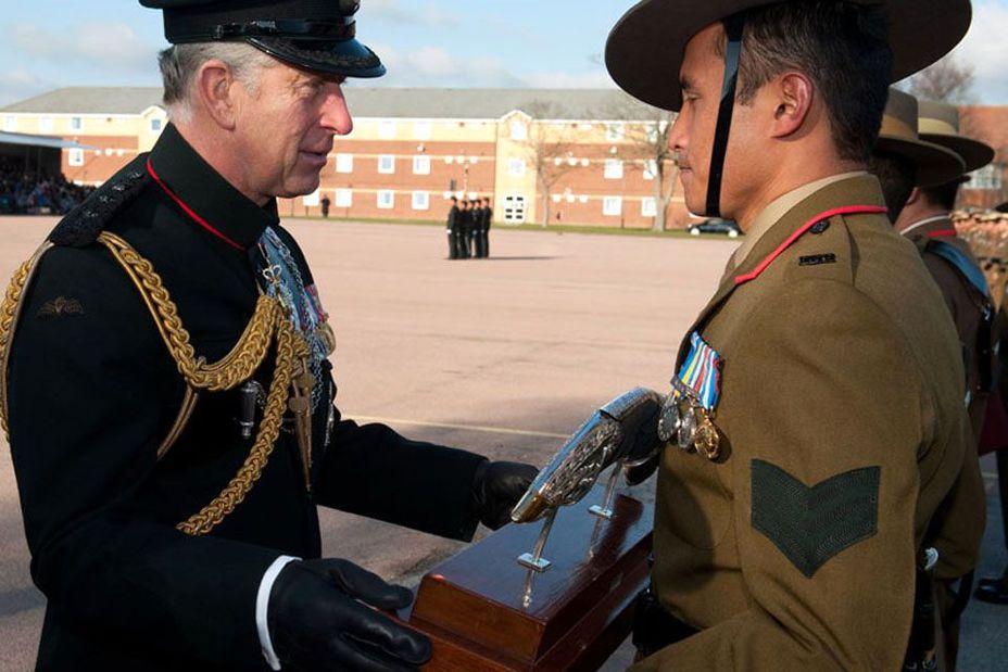 Шеф полка принц Чарльз награждает гуркхов по возвращению из Афганистана - Кто такие гуркхи | Военно-исторический портал Warspot.ru