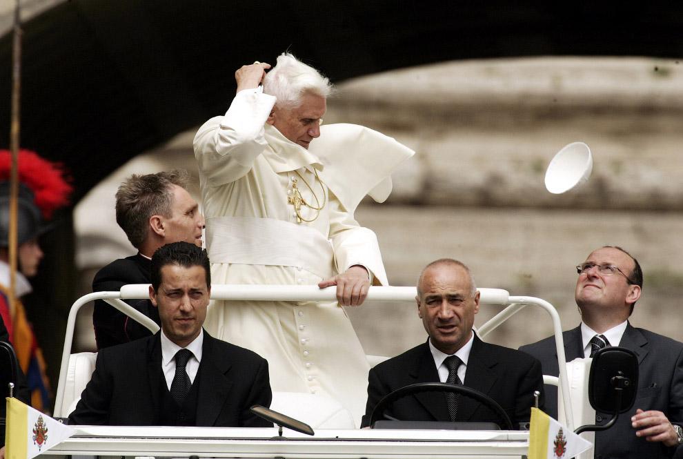 Папа Бенедикт XVI и его летучий пилеолус