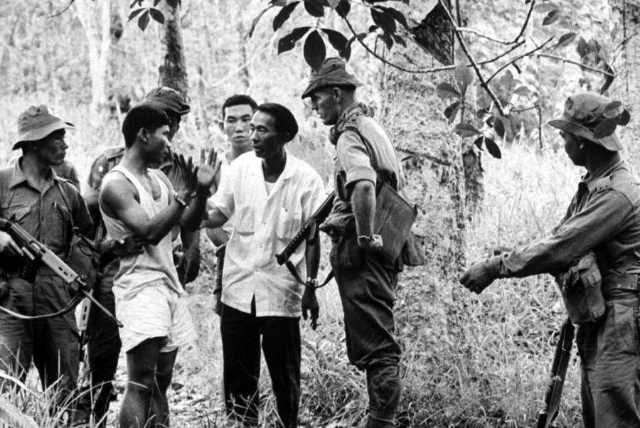 Гуркхи со схваченными партизанами на Борнео, начало 60-х годов - Кто такие гуркхи | Военно-исторический портал Warspot.ru