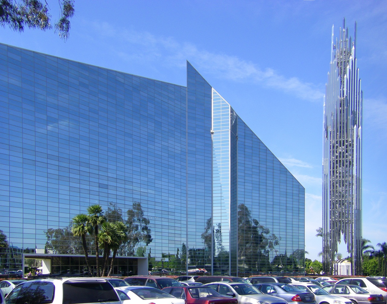 Crystal Cathedral with spire, Garden Grove (Anaheim/Los Angeles). View from NE. (C) 2009 [http://commons.wikimedia.org/wiki/User:Wattewyl Wikimedia user