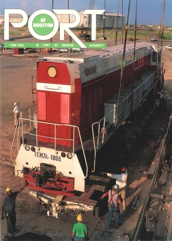 Выгрузка тепловоза ТЭМ7А-1008 в порту Хьюстона. На локомотиве виден ряд закрепленных ящиков с запчастями. Фото из журнала «Port of Houston», June 1993