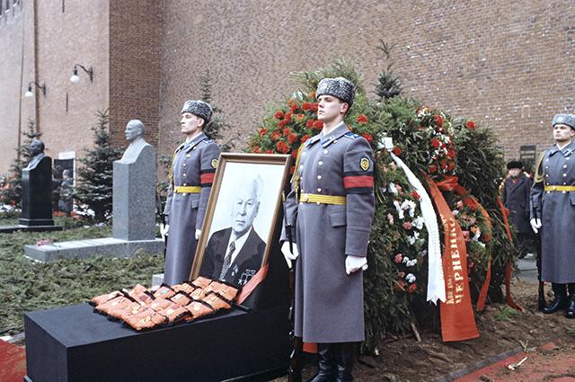 Почетный караул у могилы К.У. Черненко на Красной площади у Кремлевской стены. Фото: РИА Новости/ Александр Макаров