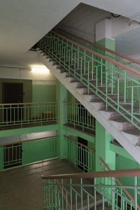 Лестница чем-то похожа на школьную /Фото:the-village.ru