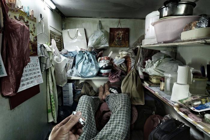 Вот так живется простому народу в «клетках-гробах» площадью 2 кв.м. (Гонконг, Китай). | Фото: nafanko.livejournal.com/ © Benny Lam.