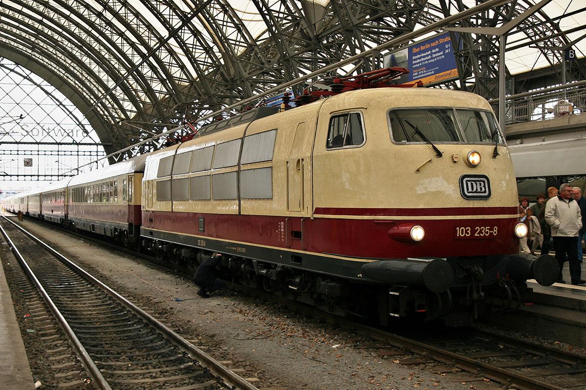 Немецкий DB Baureihe 103 235 на главном вокзале Дрездена в 2007 году
