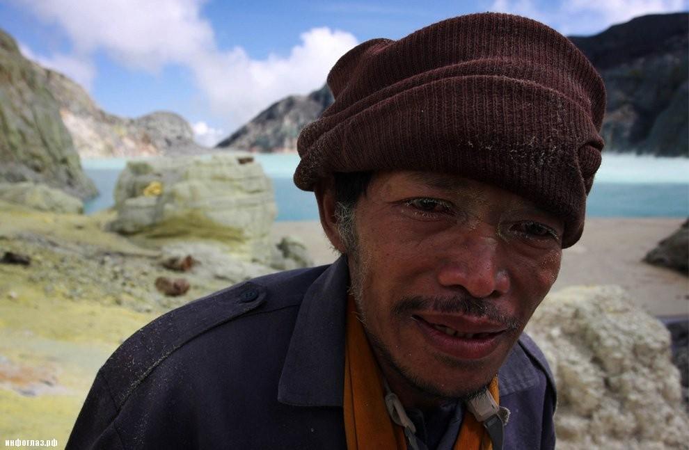 Добыча серы в индонезийском вулкане