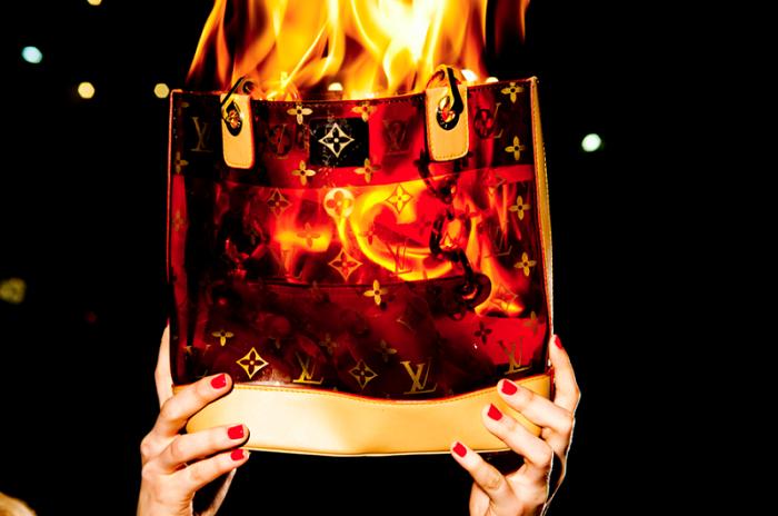 Louis Vuitton в конце каждого года сжигает непроданные сумки. / Фото: guyhepner.com