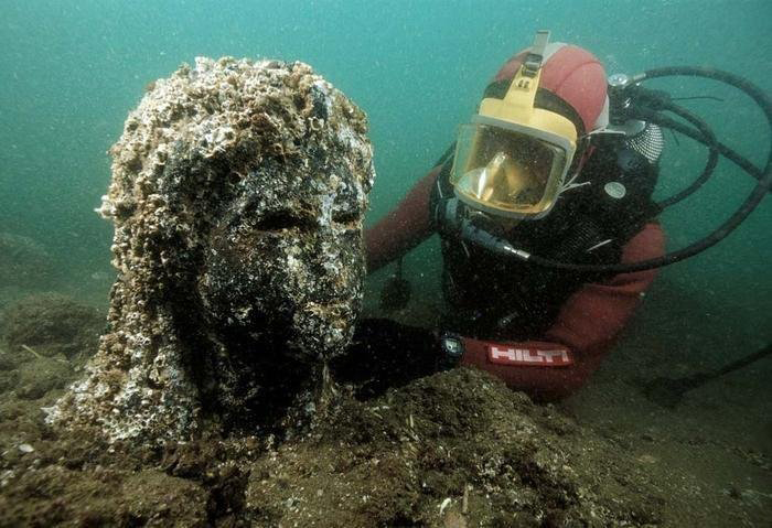 Величественные пятиметровые статуи богов пролежали на дне морском многие века.