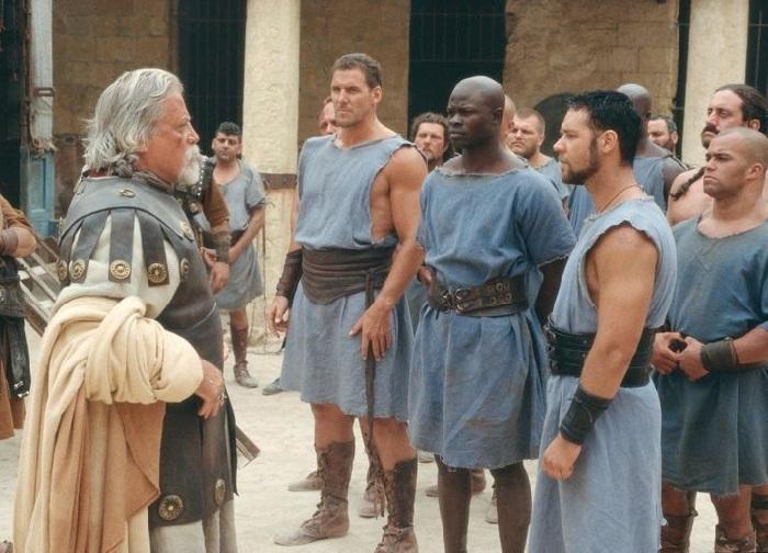 Кадр из кинофильма «Гладиатор» (2000). Актеры: Рассел Кроу, Оливер Рид, Джимон Хонсу.