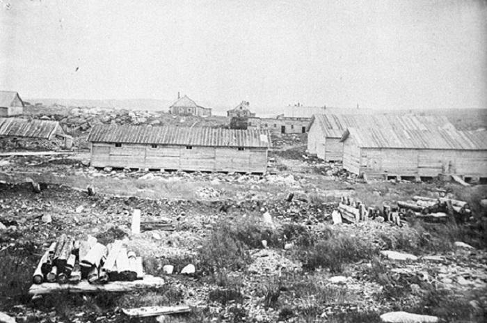 Бараки Йоканьгской каторжной тюрьмы. Пенитенциарное учреждение для политических заключённых, созданное интервентами и существовавшее с сентября 1919 года по февраль 1920 года./Фото: cont.ws