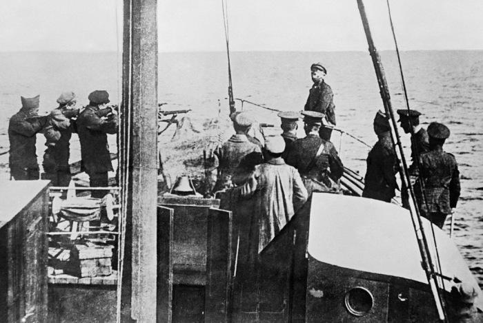 Интервенты расстреливают коммуниста на борту корабля./Фото: ic.pics.livejournal.com