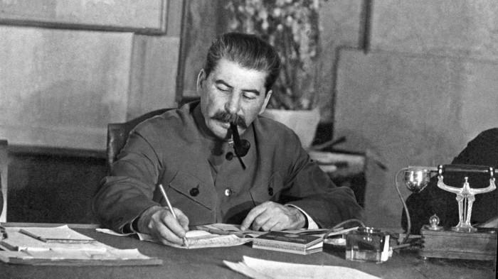 И. Сталин согласился на обмен участками территорий с Польшей и провёл переселение в 1951 году по экономическим соображениям и, желая показать свою лояльность и поддержку новому польскому прокоммунистическому правительству. /Фото: i.pinimg.com