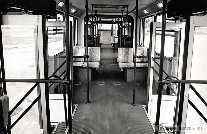 Салон перронного автобуса на 200 пассажиров