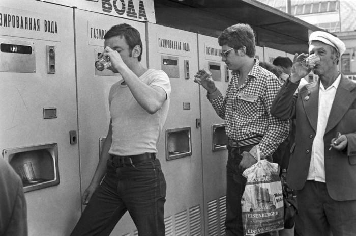Почему в СССР люди пили напитки из общего стакана и это никого не смущало