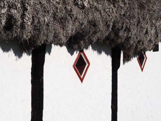 Удивительные дома с крышами из морских водорослей (3)