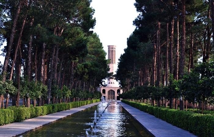 Уникальный многовековой бадгир в саду Доулет Абад (Dowlat Abad) достигает 33 метров в высоту. | Фото: lavagra.livejournal.com.