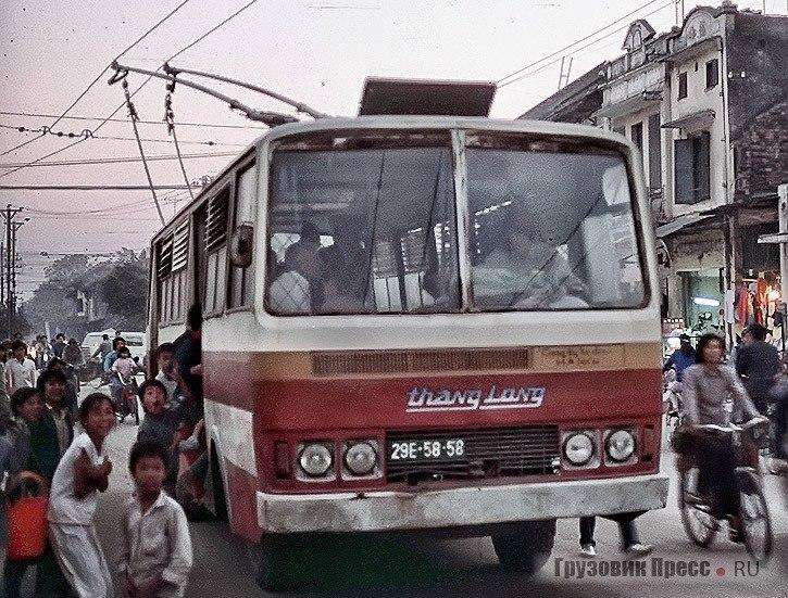 Ханойские школьники. Троллейбус Thăng Long-VEM