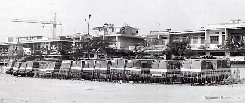 Последнее пристанище троллейбусов на стоянке автобусного парка в Тхань Суан. Слева направо: 6 троллейбусов класса D, 1 машина класса В , 5 – класса С и 2 – класса D. Видно, что как минимум три машины имеют служебную дверь слева.