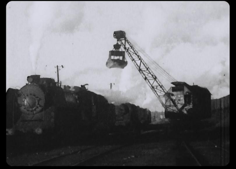 Загрузка угля в тендер тяжелого грузового паровоза серии ФД грейферным паровым краном ПК-6 на ж.д. ходу
