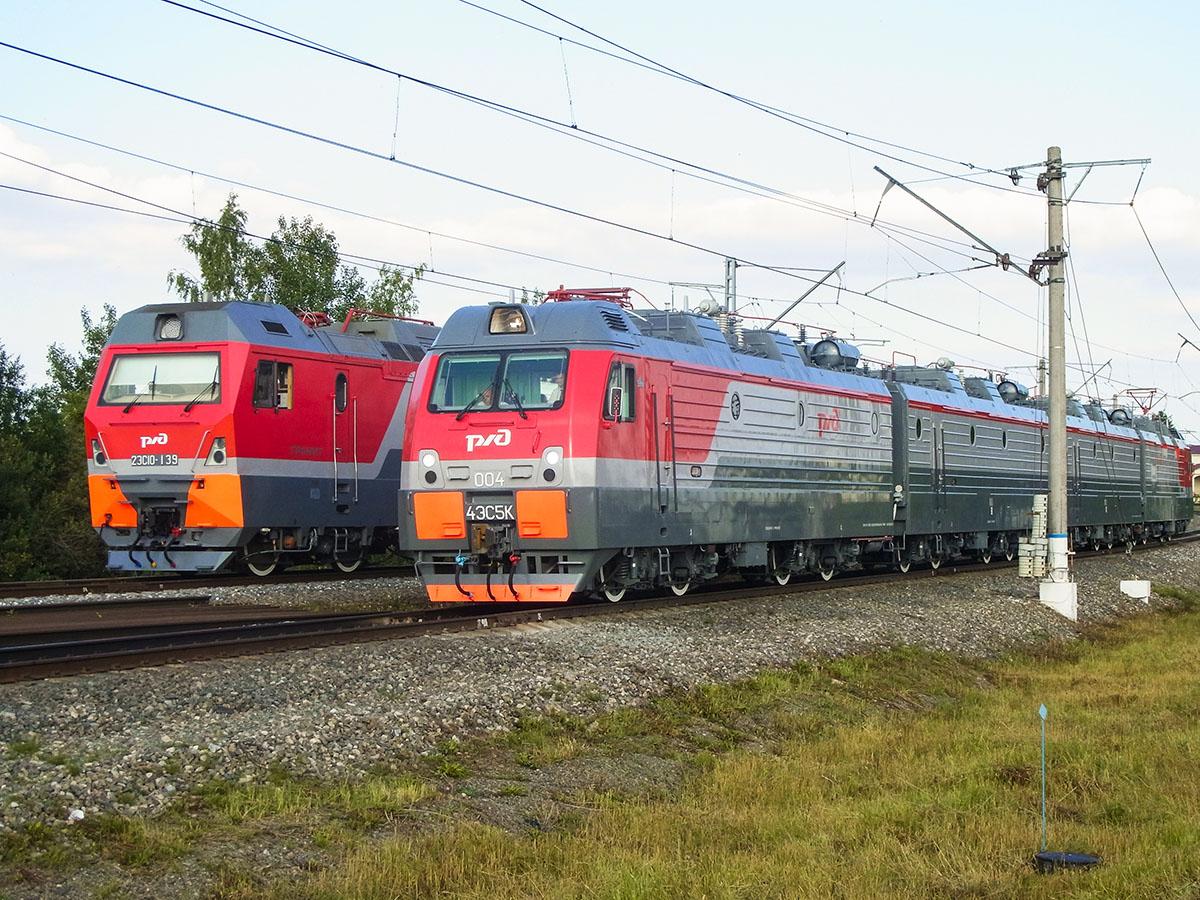 Российский электровоз 4ЭС5К-004 на параде поездов на кольце ВНИИЖТа в Щербинке во время выставки Экспо 1520 2017 года.