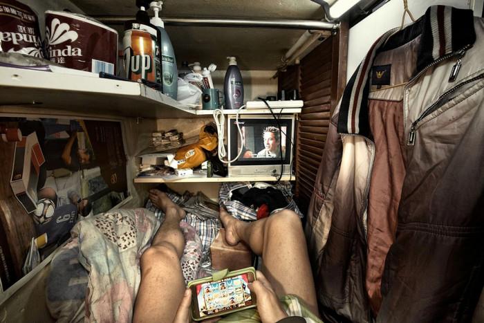 Каждый жилец таких «апартаментов» обустраивается как может («coffin homes», Гонконг). | Фото: cameralabs.org/ © Benny Lam.