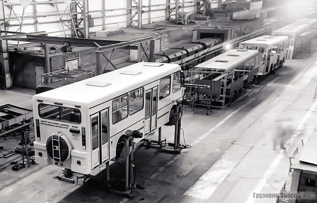 Производственная линия по изготовлению автобусов мод. 4216 на Энгельсском заводе спецавтомобилей, 1993 г.
