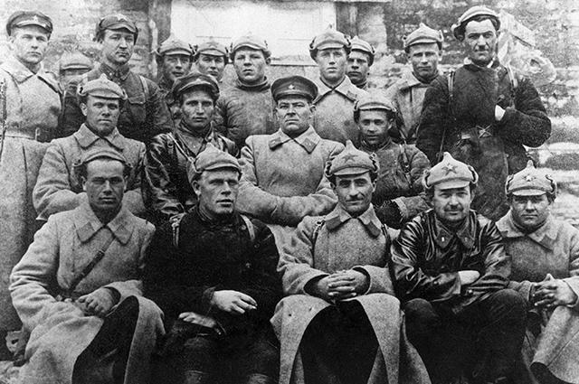 Константин Черненко (второй справа в верхнем ряду) среди делегатов партийной конференции пограничного отряда. 1932 год. Фото: РИА Новости