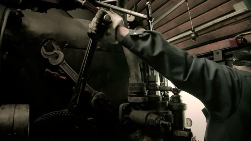 Машинист открывает регулятор — главный орган управляющий тягой паровоза