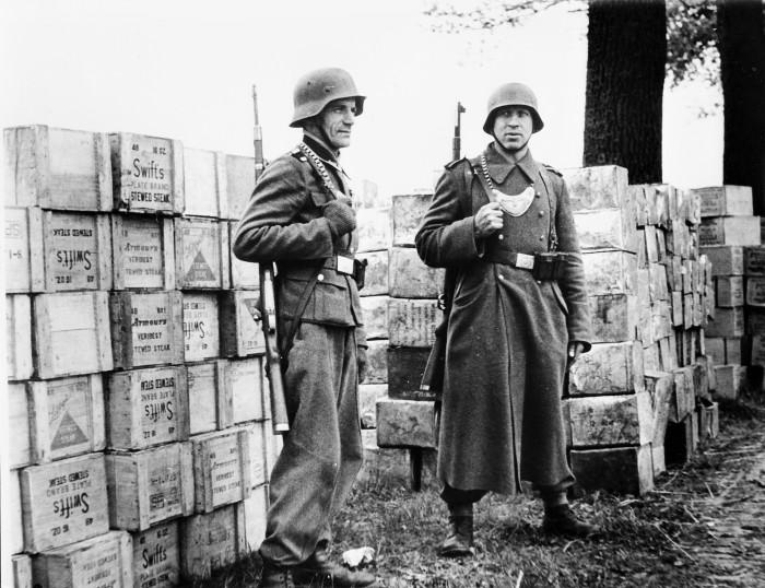 Для чего нужна бляха на груди немецких солдат