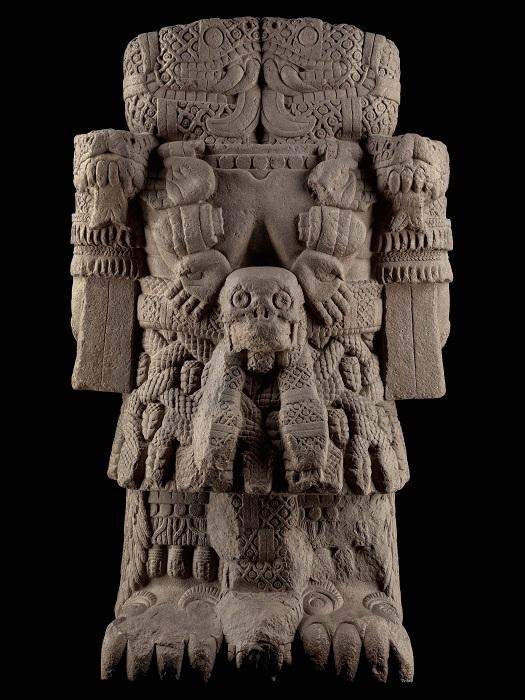 Торс Коатликуэ, почти как у индийской богини Кали, украшен отрубленными руками и черепом.