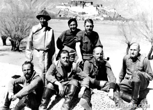 798px-Bundesarchiv_Bild_135-KA-10-063,_Tibetexpediton,_Expeditionsteilnehmer