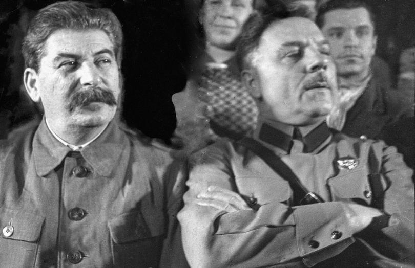 Иосиф Виссарионович Сталин, генеральный секретарь ЦК ВКП (б), и нарком обороны СССР Климент Ефремович Ворошилов (справа).