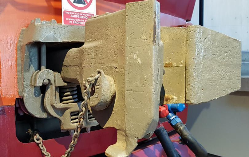 Автосцепное устройство с рессорным подвешиванием на тепловозе ТЭП80-0002. Фото: Алексей Алексеев
