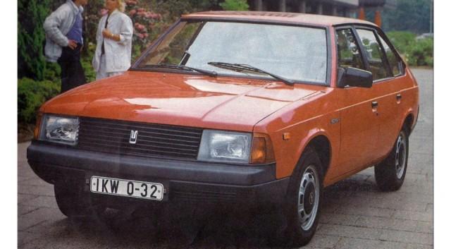Москвич пытались продавать за рубежом и с советскими двигателями. Обратите внимание на то, как название автомобиля писали на немецком языке!