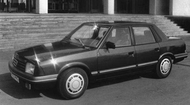 Перспективный седан с индексом 2142 также должен был выпускаться с новыми двигателями. Увы, не срослось.