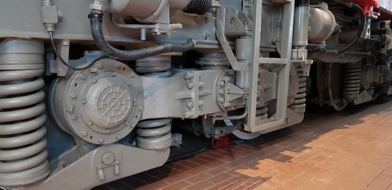 Четырёхосная тележка со стороны 2-й кабины на тепловозе ТЭП80-0002 до замены осевых редукторов с передаточным отношением 3,12. Фото: Алексей Алексеев