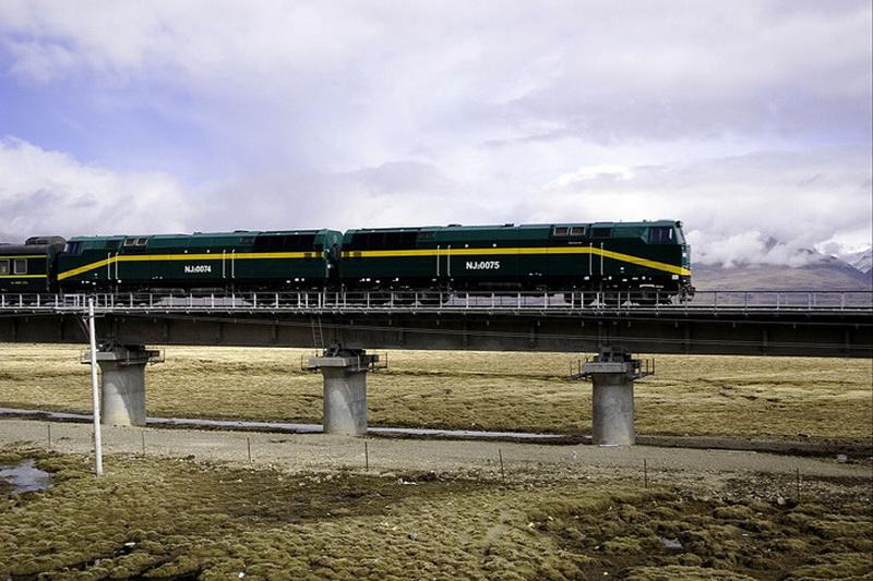 Для того чтобы путешествие по высокогорным районам с их ошеломляющими пейзажами доставляло пассажирам лишь удовольствие, для Цинхай-Тибетской дороги был разработан специальный подвижной состав. Американская корпорация General Electric спроектировала для магистрали тепловозы NJ2, модифицированные для работы в высокогорных условиях, мощностью 5100 л. с. каждый. Локомотивы способны развивать скорость до 120 км/ч с составом в 15 вагонов. В зонах вечной мерзлоты скорость их движения ограничена 100 км/ч.