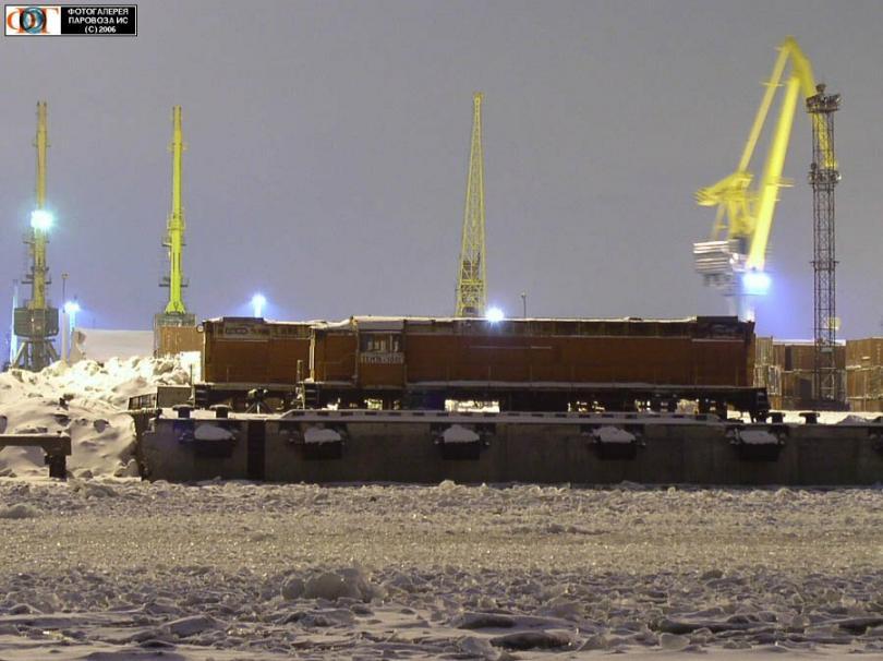 Тепловоз ТЭМ7А-1001 в порту Санкт-Петербурга, 2004 год. Авторы фото: Петришин М. и Кузнецов А.