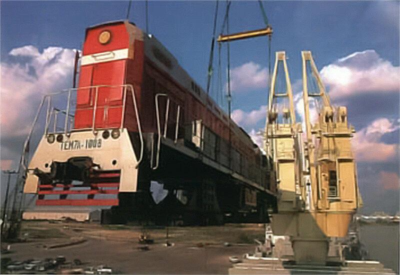 Выгрузка тепловоза ТЭМ7А-1008 в порту Хьюстона Фото из журнала «Port of Houston», June 1993