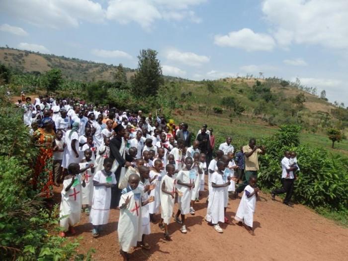 Массовое крещение на востоке Африки./Фото:fdathanasiou.wordpress.com