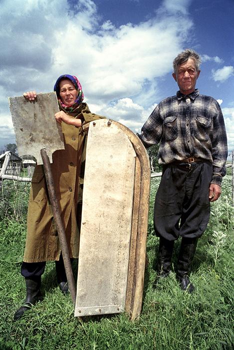 Жители деревни показывают вещи, сделанные из обломков ракет. Фото: Jonas Bendiksen.
