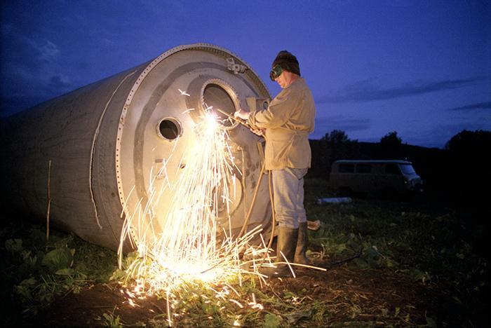 Из упавших обломков стараются вынуть все ценные материалы. Фото: Jonas Bendiksen.