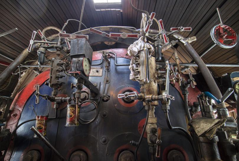 Паровозный котёл с нагромождением вентилей и манометрами, понятными только локомотивной бригаде паровоза серии Л «Лебедянка». Фото: Иван Шаповалов