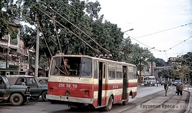 Типичная картина для Ханоя. «Троллейбой» держит верёвки, контролируя ход движения контактных штанг троллейбуса Thăng Long-VEM по проводу