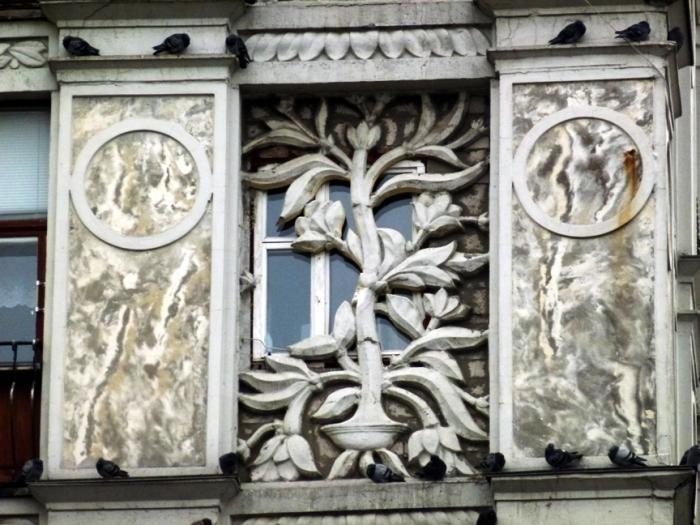 Окно снаружи. Декор скрывает от посторонних глаз все, что происходит внутри. /Фото:etovidel.net