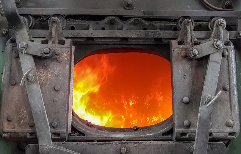 Бушующая адским огнём шуровка котла на паровозе серии Су с откатными на роликах дверцами. Фото: Алексей Алексеев