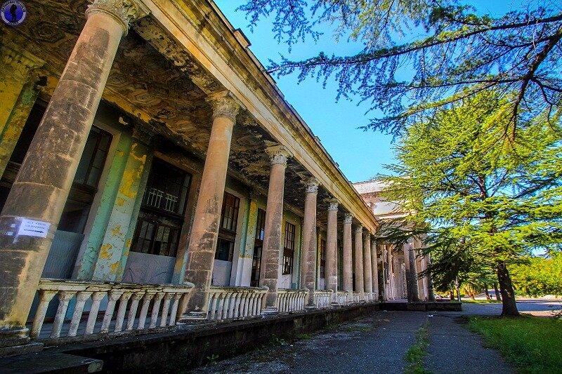 """Заброшенный из-за войны ЖД вокзал знаменитого курортного города """"Гагра"""""""
