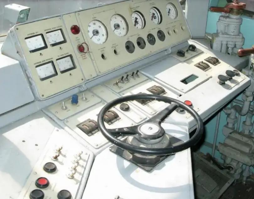 Пульт управления на тепловозе ТЭП80-0002. Фото: Андрей Разбаш