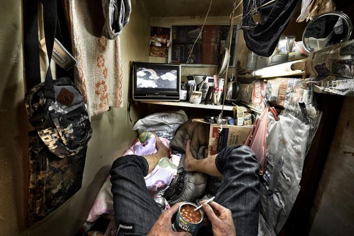 Аренда такого рода «кабинки-гроба» обходиться в 250 дол. в месяц (Гонконг, Китай). | Фото: cameralabs.org/ © Benny Lam.